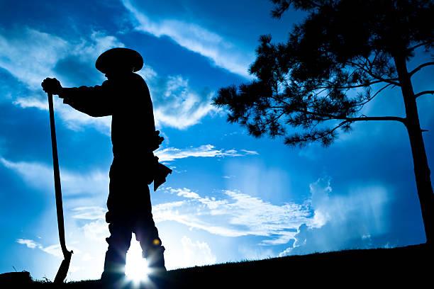 ganadero agricultor con vista al campo después de la tormenta de lluvia. puesta de sol. silhouette. sky. - labriegos fotografías e imágenes de stock
