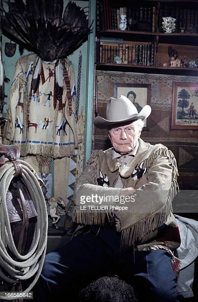 Ranches For Tourism And Recreation In France En France en 1966 dans un ranch reconstitué à Etrechy en Essonne un homme habillé en cowboy assis dans...