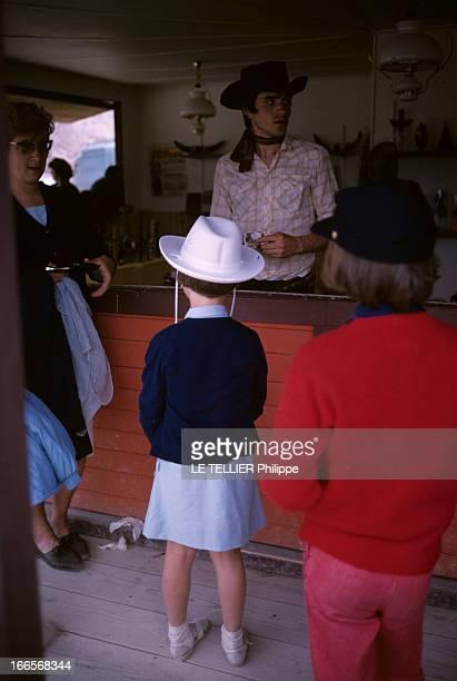 Ranches For Tourism And Recreation In France En France en 1966 dans un ranch reconstitué à Etrechy en Essonne un homme habillé en cowboy derrière un...
