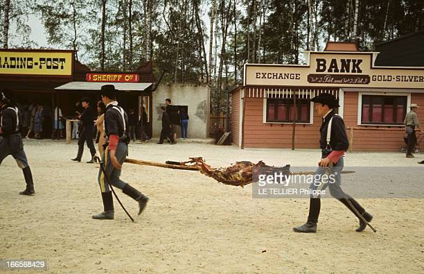 Ranches For Tourism And Recreation In France En France en 1966 dans un décor de ville du farwest reconstitué à Etrechy en Essonne deux hommes...