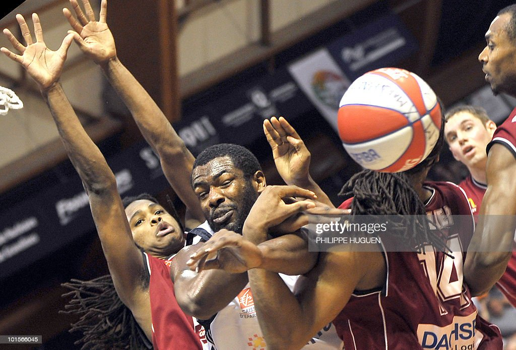 US Randal Falker (R) and French Michael Gelabale (L) of Cholet block Gravelines' US J.K Edwards (C) during the second leg of the French ProA basket-ball semi-final Gravelines vs. Cholet on June 2, 2010 at the Sportica sports center in the French northern city of Gravelines.