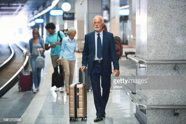 ランダムな人々 が列車に乗る。 - 地下鉄駅 ストックフォトと画像