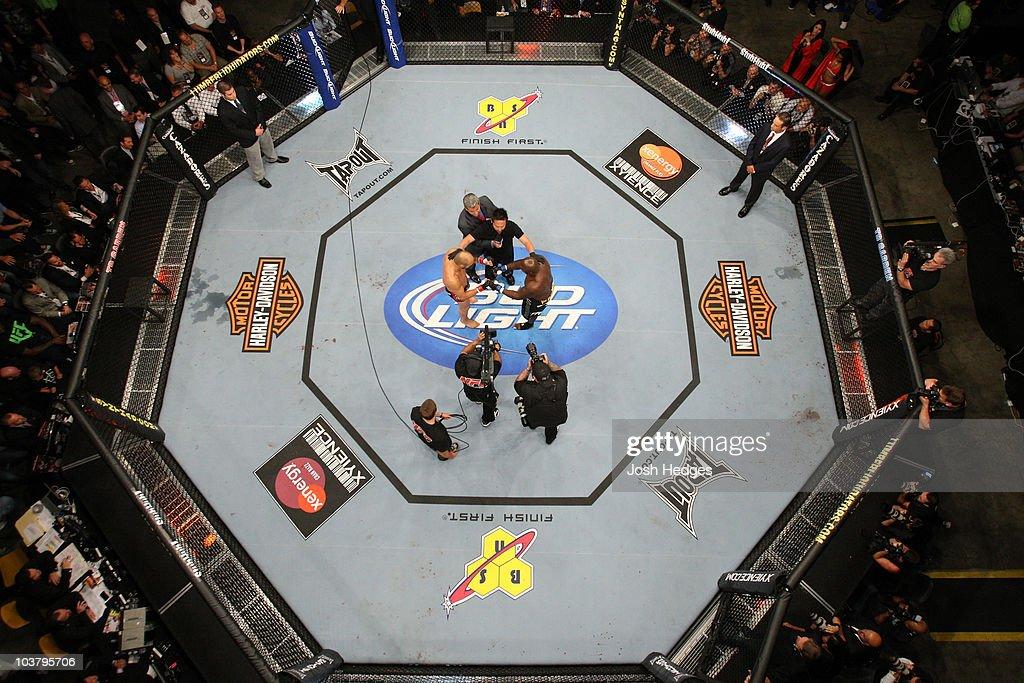 UFC 118: Edgar vs. Penn : News Photo