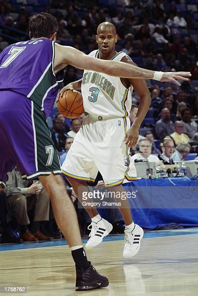 04240fbe2 Randy Livingston of the New Orleans Hornets advances the ball up the floor  against Toni Kukoc