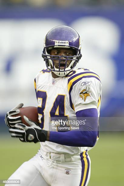 Randy Moss of the Minnesota Vikings in action during a game against the San Diego Chargers on November 9 2003 at Qualcomm Stadium in San Diego...