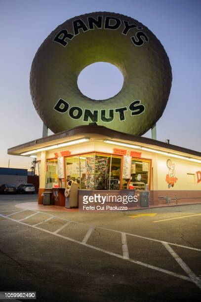 randy's donuts at inglewood, los angeles, california, usa - feifei cui paoluzzo stock pictures, royalty-free photos & images