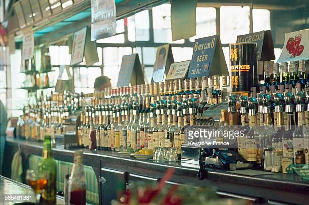 Rangée de bouteilles d'alcool dans un bar à New York 1968