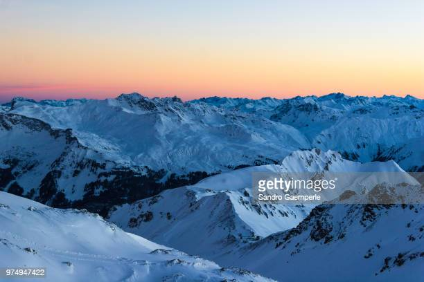 range of mountains covered in snow, davos, switzerland - davos photos photos et images de collection