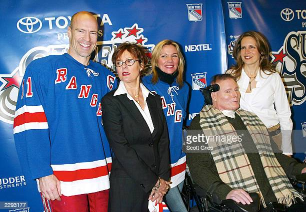 NY Ranger Mark Messier with Susan Sarandon Kim Cattrall and Christopher Dana Reeve during the 5th annual chariy hockey event SuperSkate V hosted by...