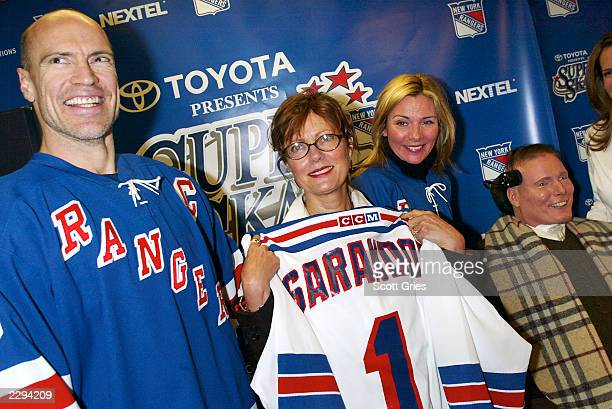 NY Ranger Mark Messier with Susan Sarandon Kim Cattrall and Christopher Reeve during the 5th annual chariy hockey event SuperSkate V hosted by the...