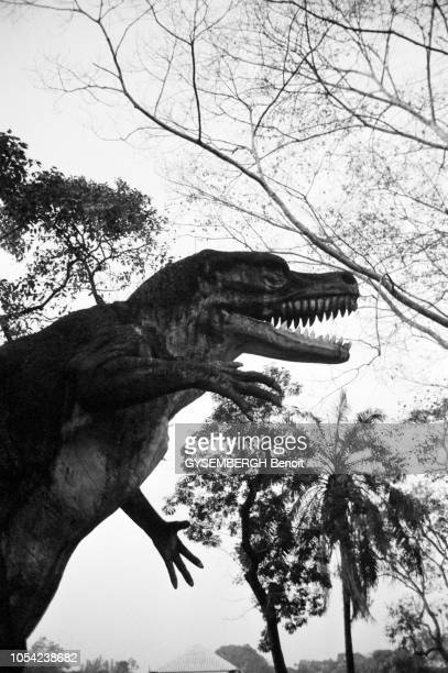 Rangoon Birmanie mars 1988 La reconstitution grandeurnature d'un dinosaure dans un parc de la ville
