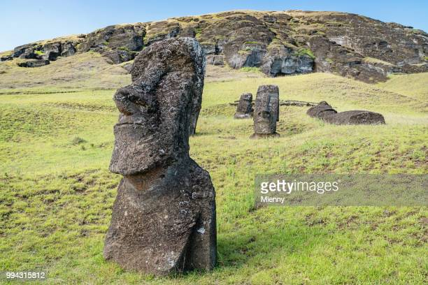 rano raraku moai easter island rapa nui chile - rano raraku stock pictures, royalty-free photos & images