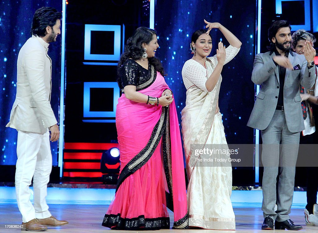 Ranveer Singh Sonakshi Sinha Riteish Deshmukh and Sunidhi Chauhan promoting the upcoming movie Lootera on the sets of dance reality show Indias...