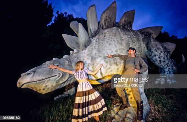 Raoul Cardo Saban Torres Irigaray avec sa fille Mélusine devant un dinosaure de leur parc préhistorique 'Cardoland' en 1993 à Chamoux France