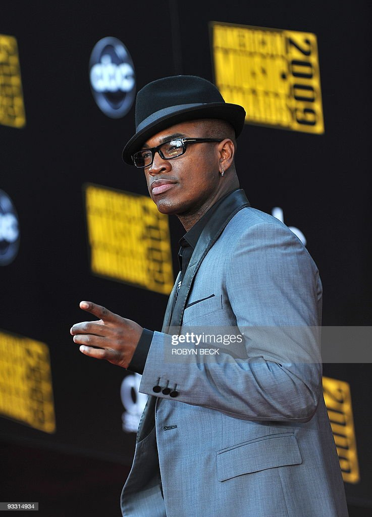 Rap artist Ne-Yo arrives for the 2009 American Music Awards at the