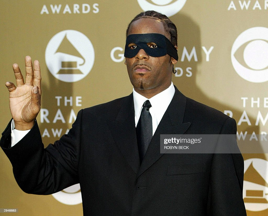 Rap artist R Kelly arrive to the 46th Annual Annual Grammy