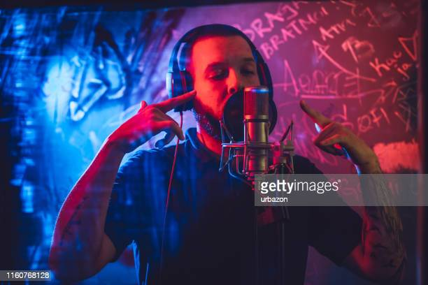musicien de rap dans le studio - chanteur photos et images de collection