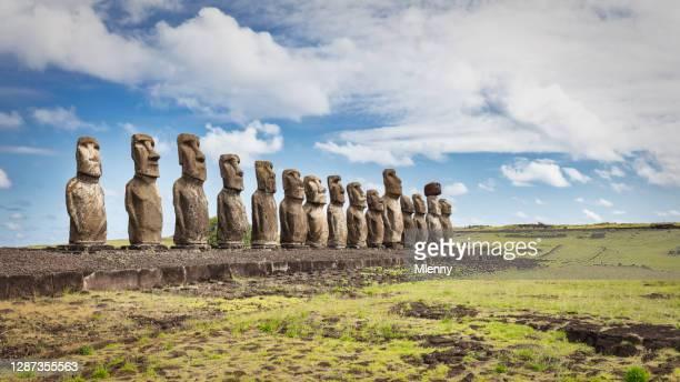 rapa nui ahu tongariki moai estatuas panorama isla de pascua chile - océano pacífico fotografías e imágenes de stock