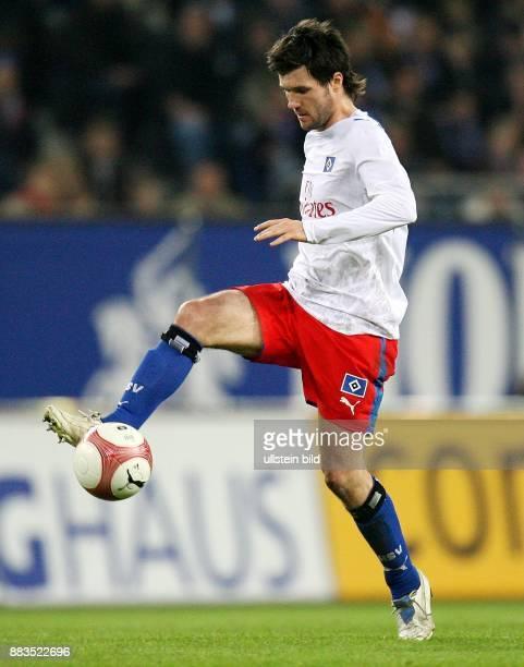 Raphael Wicky Mittelfeldspieler Hamburger SV Schweiz in Aktion am Ball