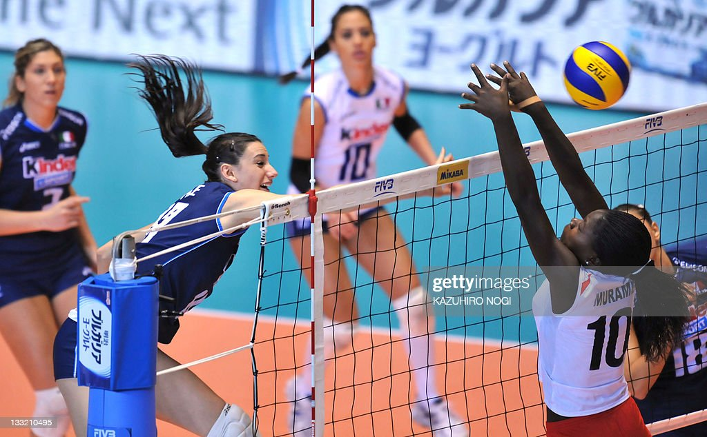 Raphaela Folie (2nd L) of Italy spikes t : News Photo