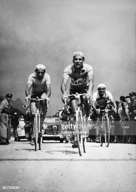 Raphaël Géminiani suivi de Fausto Coppi lors de l'ascension du col du Falzaredo dans les Dolomites au cours de la 2ème étape du Tour d'Italie en...