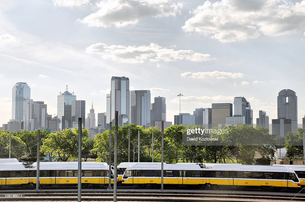 Dallas Texas Skyline DART Area Rapid Transit Train : Nachrichtenfoto