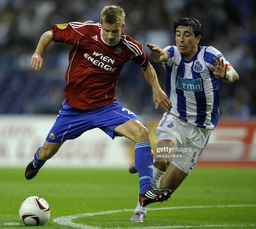Rapid Vienna's midfielder Thomas Hinum (L) vies with FC Porto's defender Jorge Fucile from Uruguay during their UEFA Europa League football match at the Dragao Stadium in Porto, on September 16, 2010.