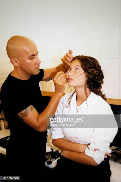 Rapide séance de maquillage pour Laetitia Casta avant le défilé Lolita Lempicka en octobre 1997 Paris France