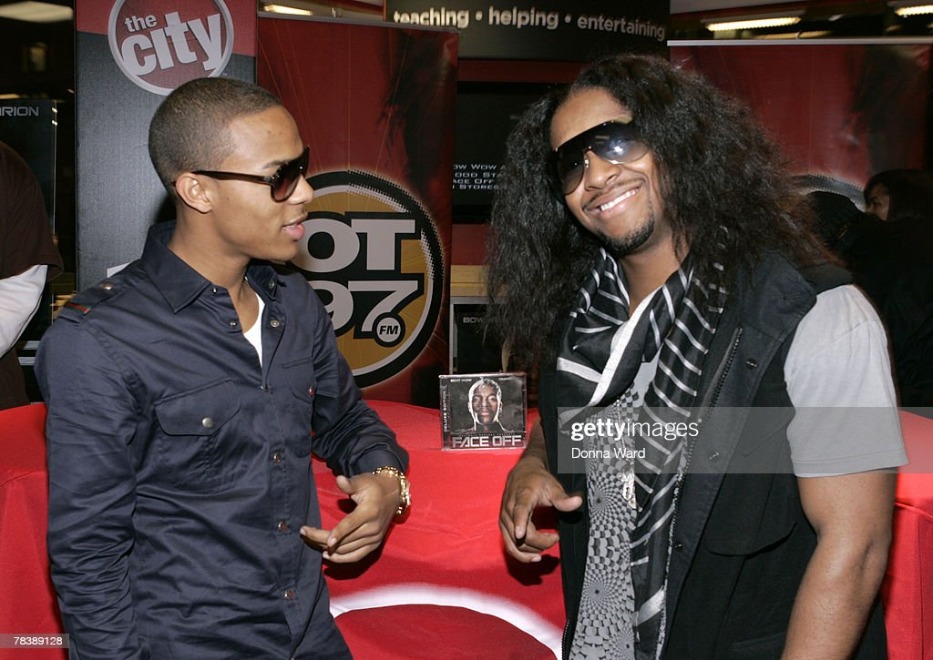 """Bow Wow And Omarion Sign Their New Album """"FACE OFF"""" - New York : News Photo"""