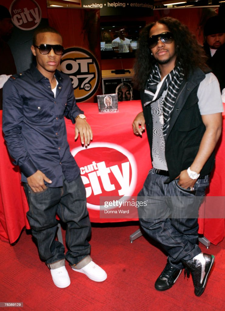 "Bow Wow And Omarion Sign Their New Album ""FACE OFF"" - New York : News Photo"