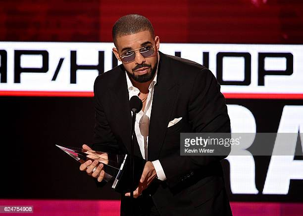 Rapper Drake accepts Favorite Rap/HipHop Artist onstage during the 2016 American Music Awards at Microsoft Theater on November 20 2016 in Los Angeles...