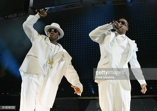 Rapper JayZ and singer R Kelly perform on the Best of Both Worlds tour October 29 2004 at Madison Square Garden in New York City