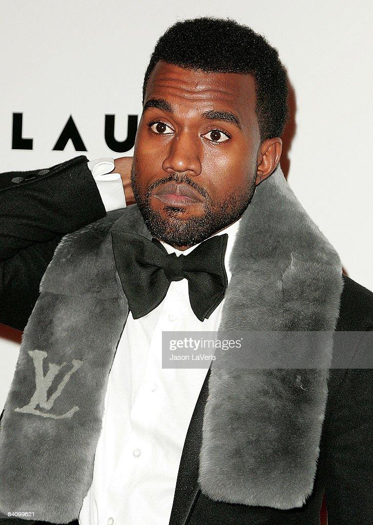 kanye west mit anzug und krawatte