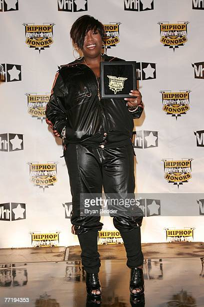 Rapper Missy Elliott poses in the press room with her award at the 4th Annual VH1 Hip Hop Honors ceremony at the Hammerstein Ballroom on October 4...