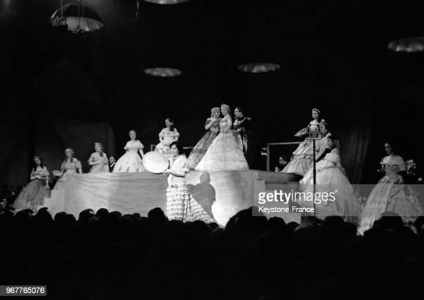 Raquel Meller jouant une scène des 'Violettes impériales' lors de la Nuit au Cinéma au profit des artistes dans le besoin au théâtre national de...