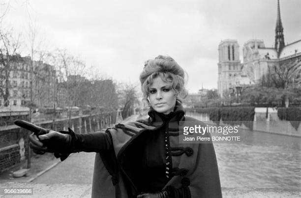 Raquel Welch lors du tournage d'une émission de télévision près de NotreDame en janvier 1970 à Paris