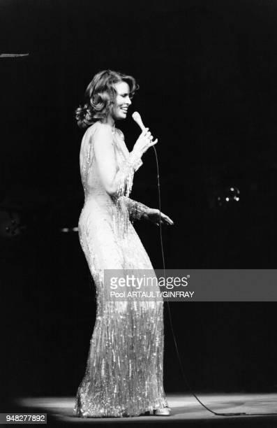 Raquel Welch sur la scène du Palais des Congrès le 7 février 1976 Paris France