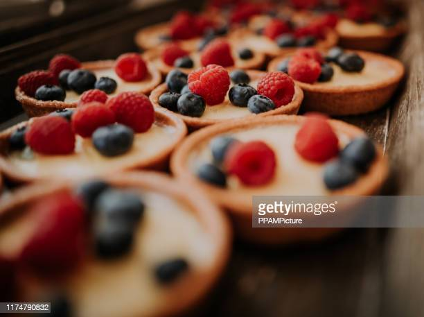 framboos blueberry tart - nagerecht stockfoto's en -beelden