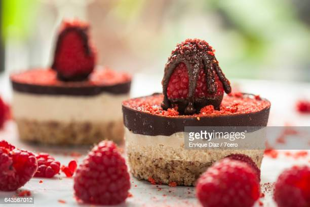 raspberry cheesecakes a plenty - dessert stock-fotos und bilder