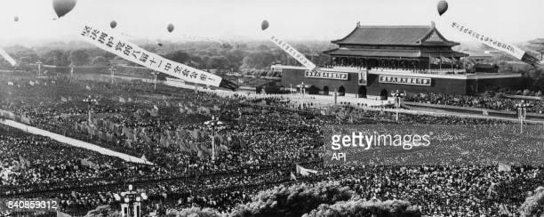 Rassemblement des Gardes rouges sur la place Tian'anmen pour acclamer Mao le 16 septembre 1966 à Pékin Chine