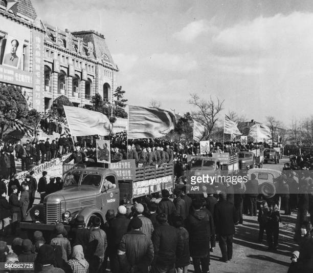 Rassemblement des soldats et des Gardes rouges pour célébrer la prise de pouvoir des révolutionnaires à Qingdao le 28 janvier 1967 Chine