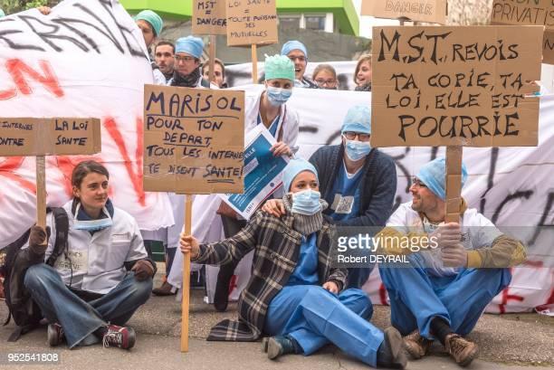 Rassemblement d'internes pour protester contre la loi remettant en cause la formation des médecins qui sera présentée en avril par la Ministre de la...