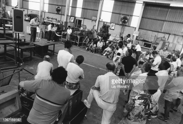 Rassemblement d'ouvriers dans le chantier naval de La Ciotat, dans les Bouches-du-Rhône, en 1990, France.