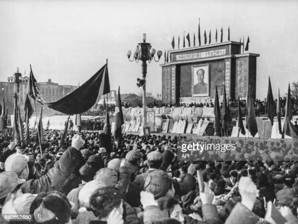 Rassemblement organisé par les Gardes rouges à Taiyuan pour dénoncer le révisionnisme le 25 janvier 1967 Chine