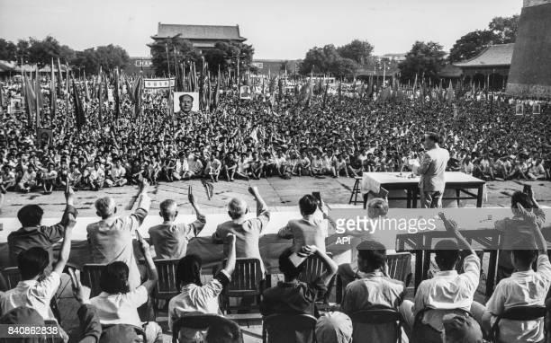 Rassemblement à Pékin des Gardes rouges contre les violences antichinoises du régime réactionnaire de Birmanie le 3 juillet 1967 Chine