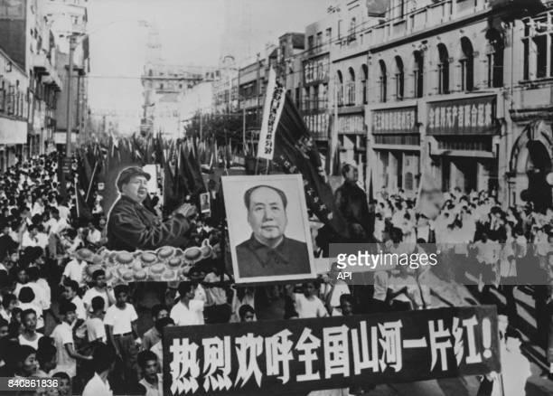 Rassemblement à Shanghai des ouvriers des soldats et des Gardes rouges pour défendre la Révolution culturelle le 12 septembre 1968 Chine
