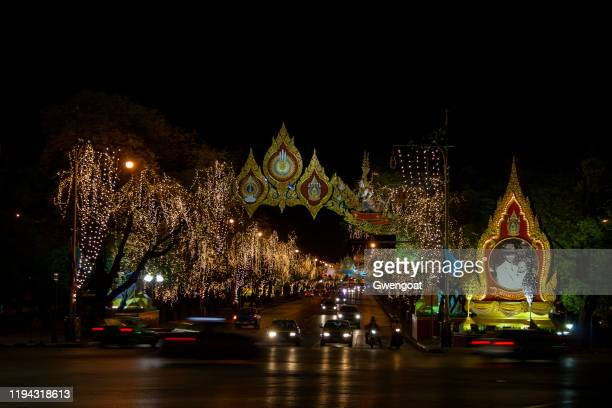ratchadamnoen nok road illuminated by night - gwengoat foto e immagini stock