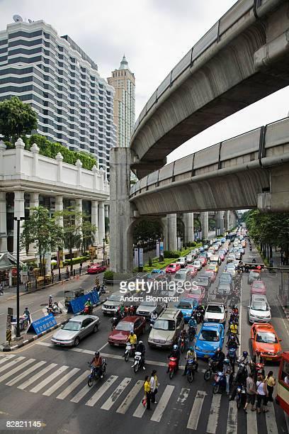 ratchadamri road traffic in bangkok, thailand - ラチャダムリ通り ストックフォトと画像
