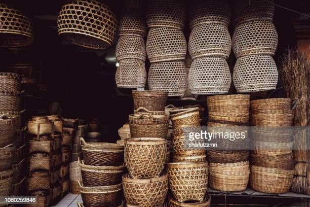 rattan basket on display for sale - indonesian cloth 個照片及圖片檔