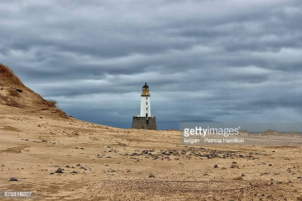 rattray lighthouse at low tide - rattray head stock pictures, royalty-free photos & images